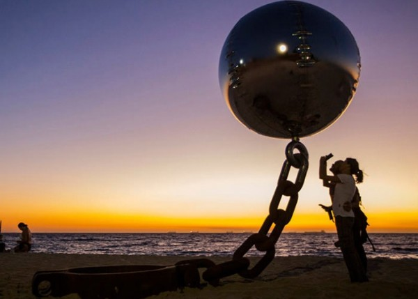 gravity-defying-sculptures-floating-ball.jpg